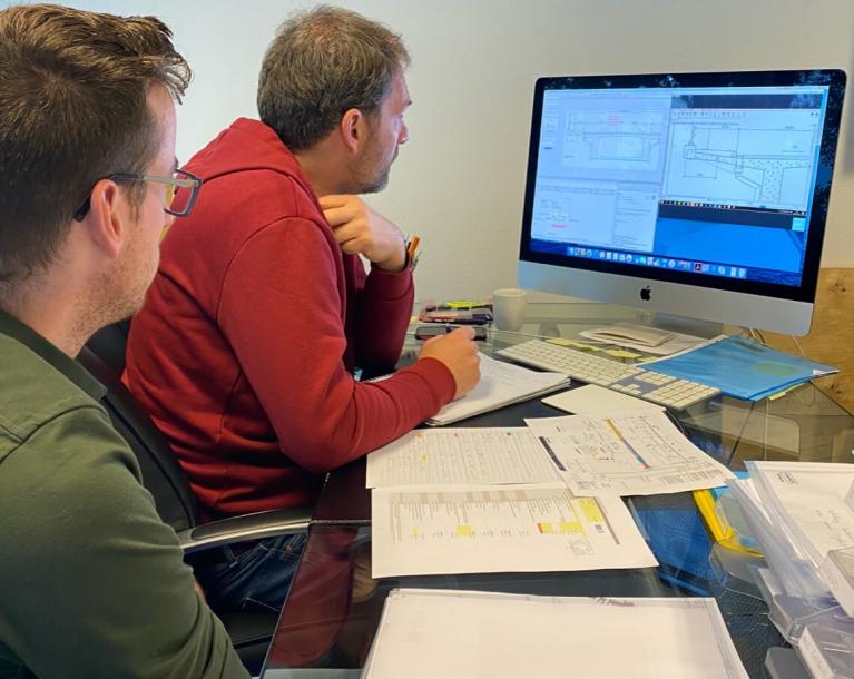Mederwerkers werken op een computer aan een project